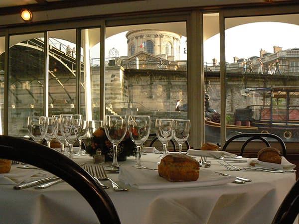 Belle table dressée sur la Seine