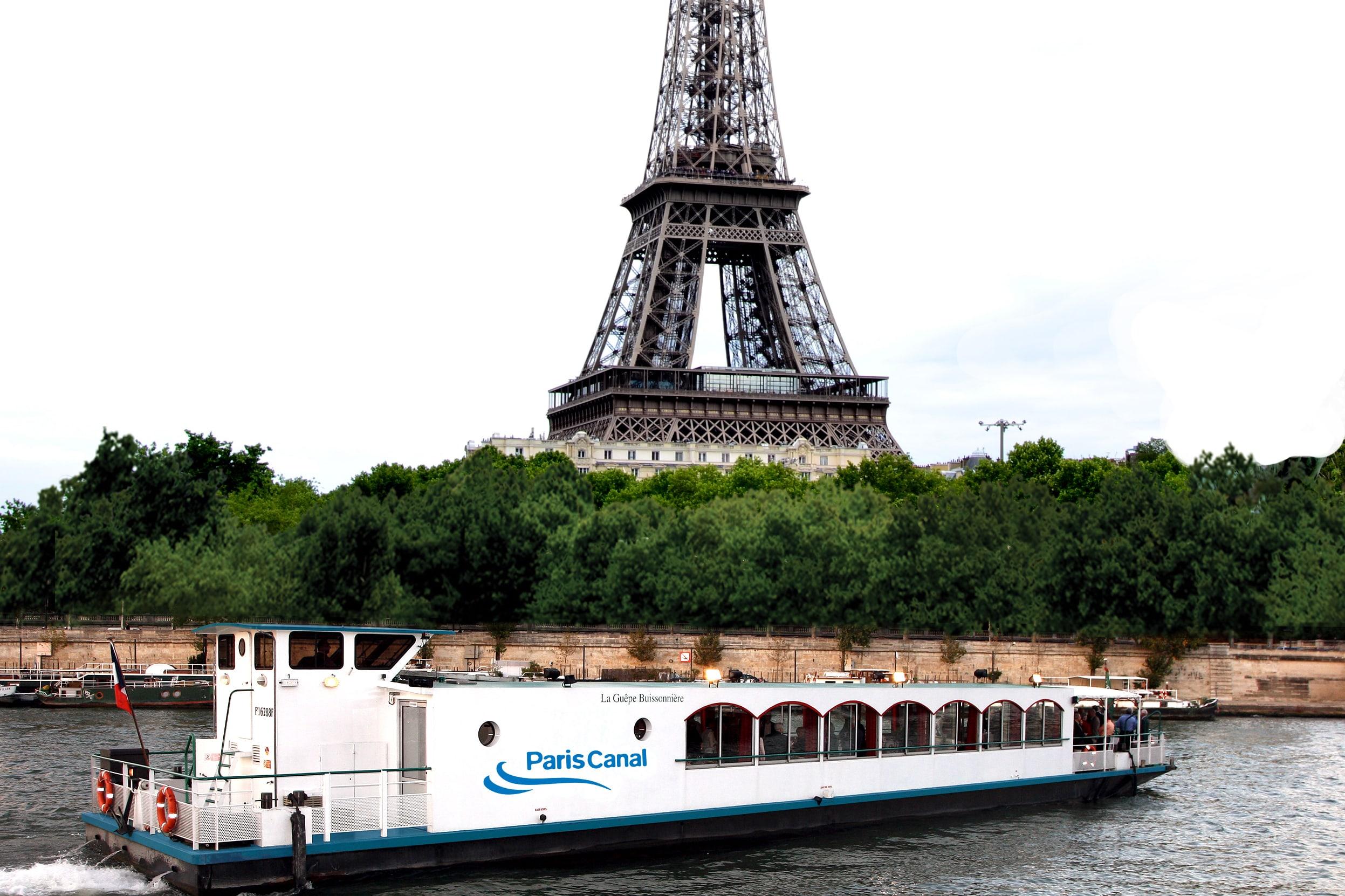 La Guêpe buissonnière devant la tour Eiffel