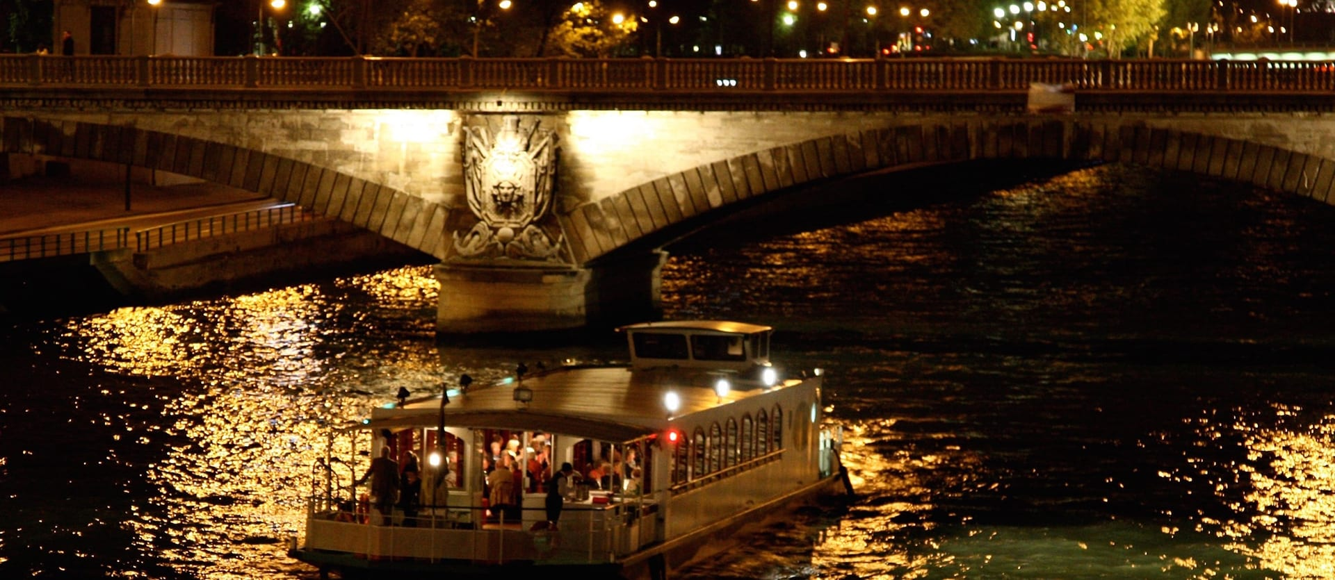 Guêpe Buissonnière de nuit sus un pont de Paris