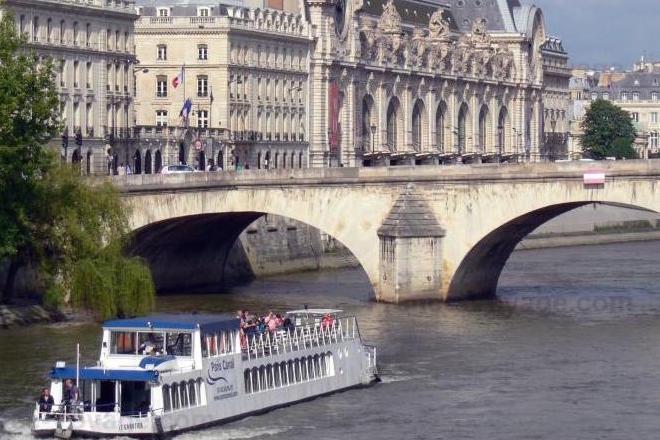 Devant le musée d'Orsay coule la Seine
