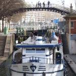 Le bateau Martin pêcheur sous une passerelle du canal Saint Martin